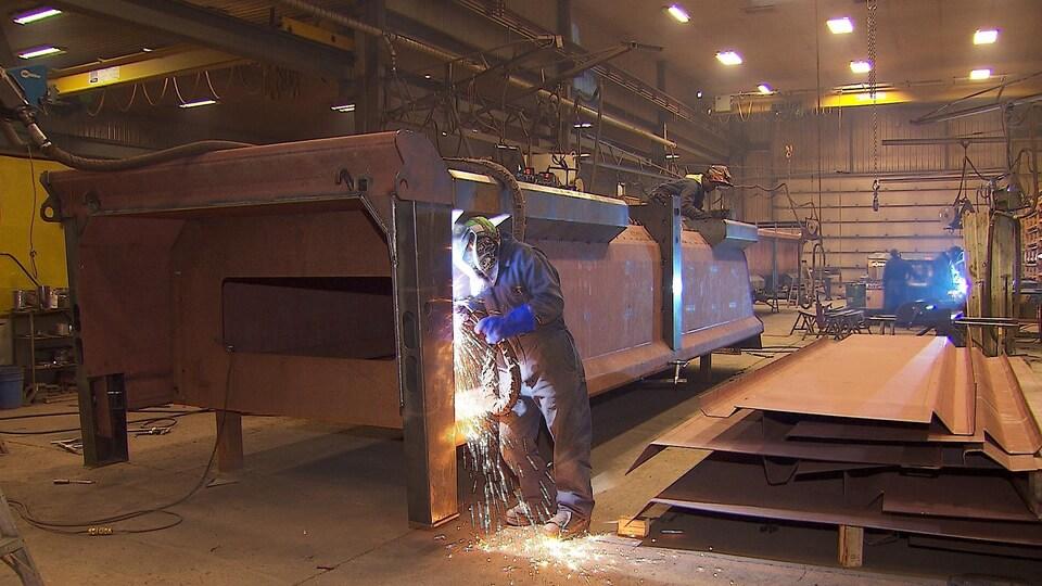 Des soudeurs travaillent dans une usine de Matane.
