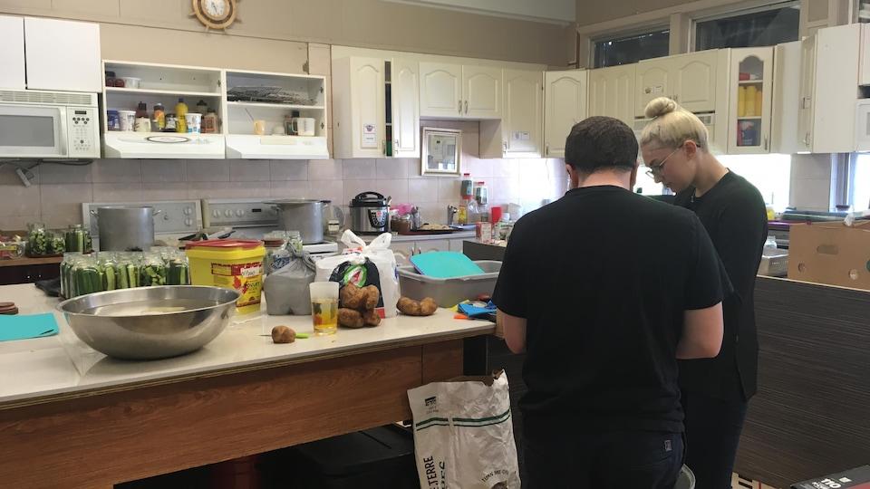 Deux bénévoles cuisinent