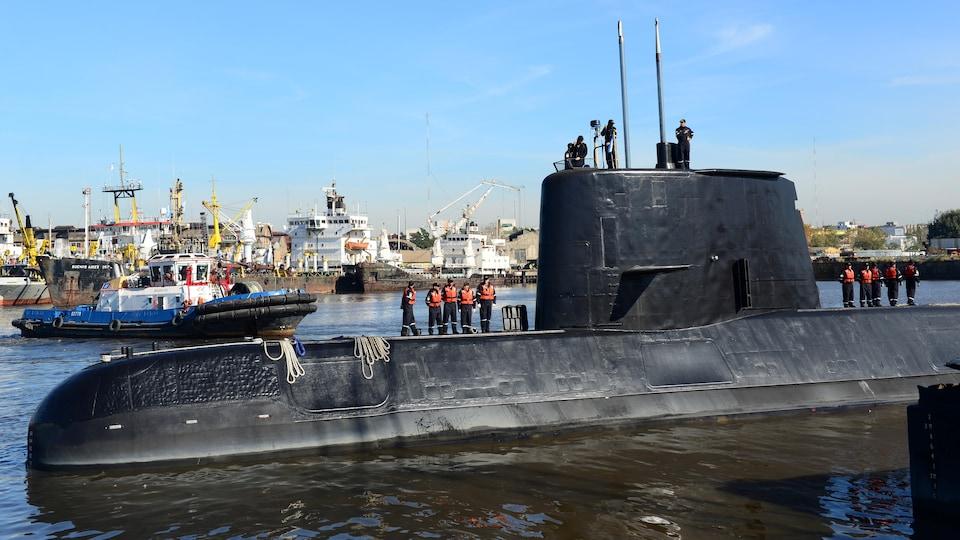 Un sous-marin avec quelques membres de l'équipage.