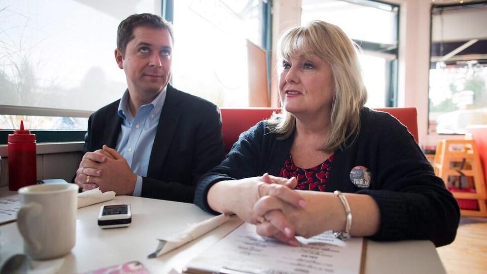 Andrew Scheer est assis dans un restaurant en compagnie d'une femme, la candidate Kerry-Lynne Findlay.