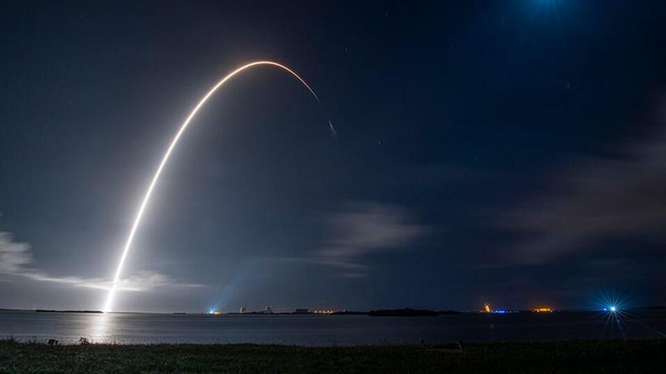 La fusée Falcon 9 de SpaceX, avec à son bord vaisseau cargo Dragon, s'est envolée dimanche depuis le Centre spatial Kennedy de la NASA.