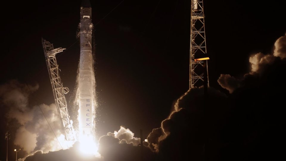 Vue du décollage d'une fusée Falcon 9 de l'entreprise SPACEX à la Base aérienne Vandenberg en Californie