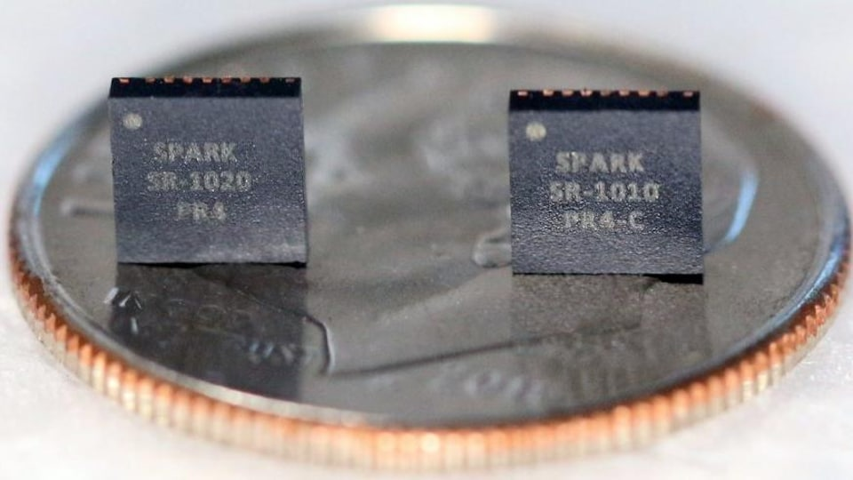 Deux petites puces informatiques sur une pièce de monnaie.