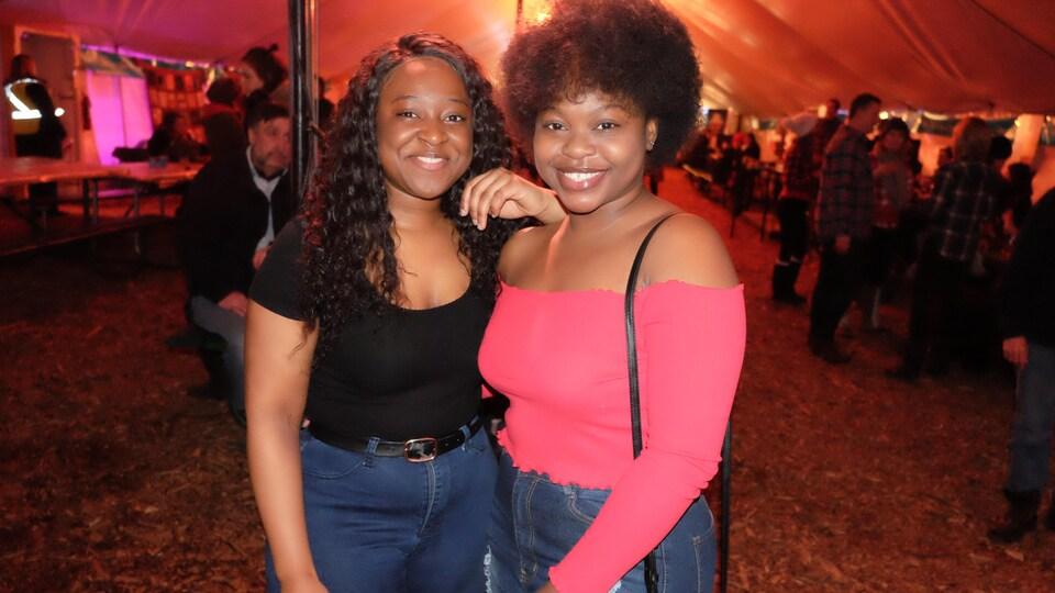 Deux jeunes femmes souriantes.