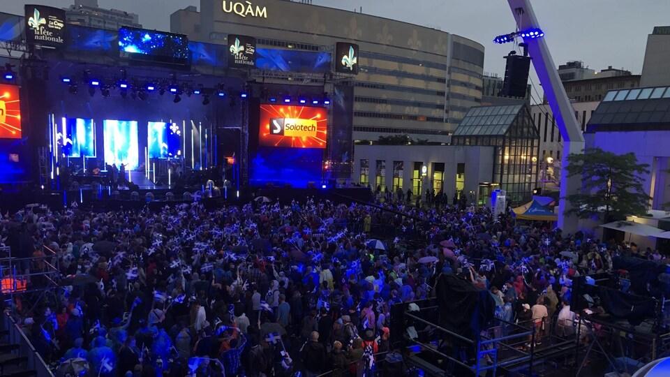 Des spectateurs assistent au spectacle de la Saint-Jean, à Montréal, le 23 juin 2018.