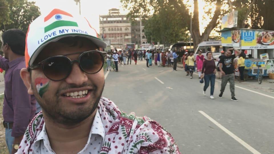 Un spectateur aux couleurs de l'Inde.