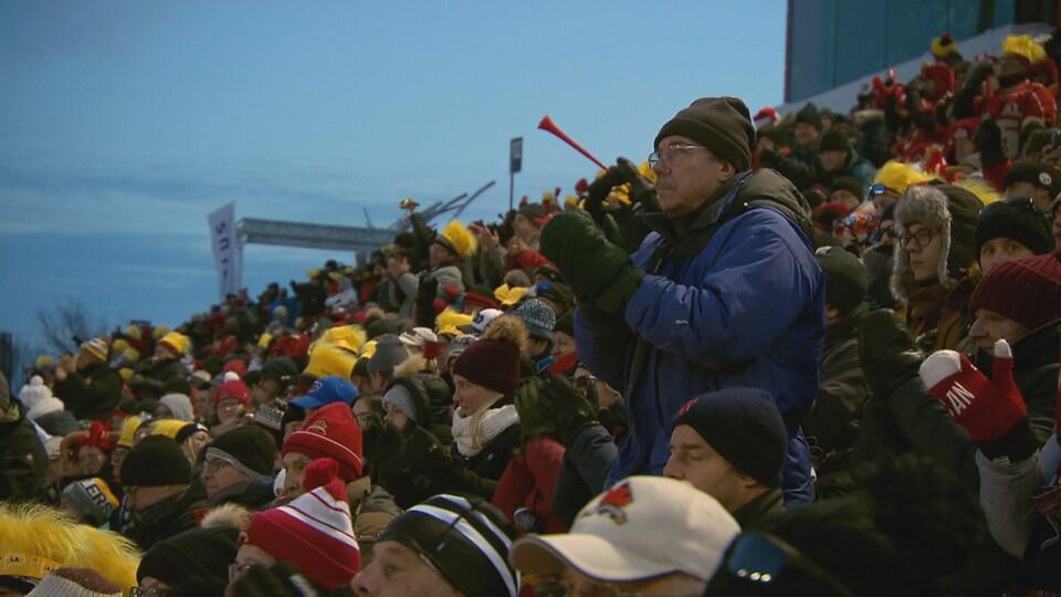 Des spectateurs dans les estrades à la finale de la Coupe Vanier.