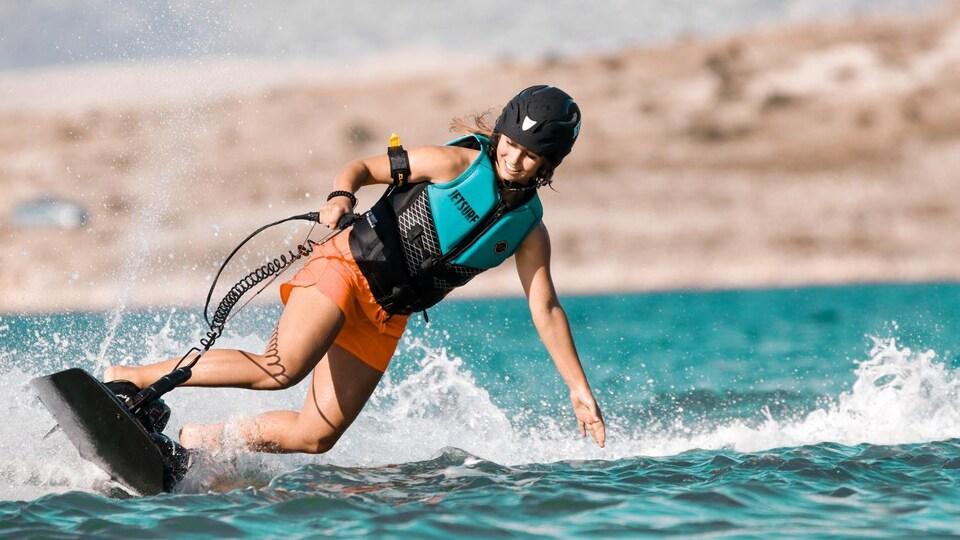Une athlète de jetsurf en action.