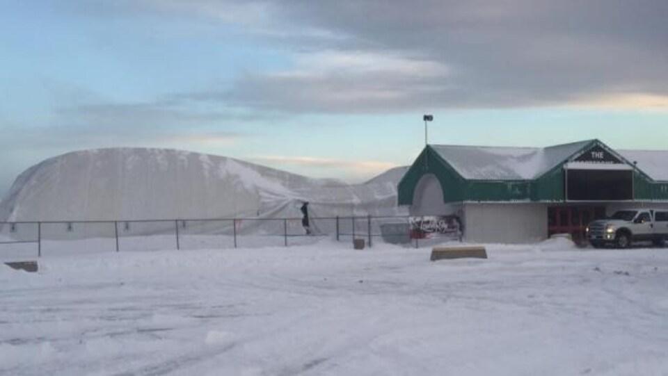 Une photo du Sports Dome de Thunder Bay endommagé par une tempête de neige violente.