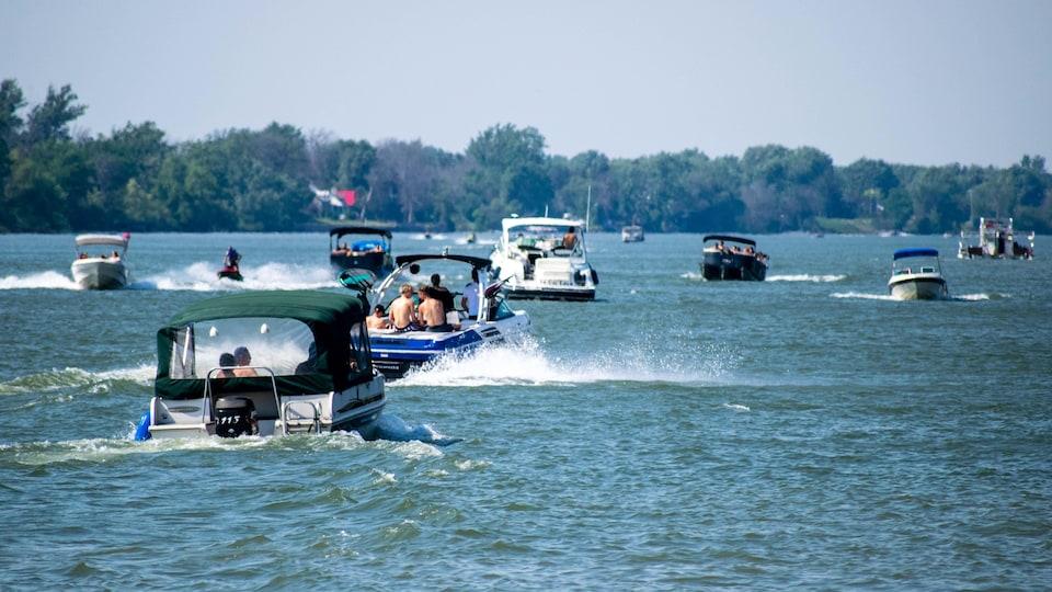 Beaucoup de bateaux sur un lac.