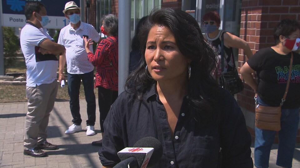 Portrait de Lisa Sim qui donne une entrevue à la télé.