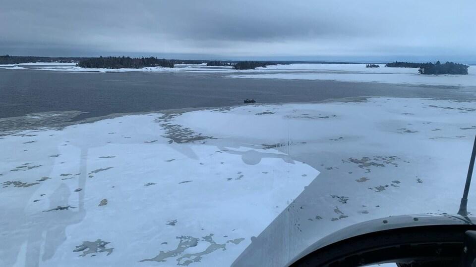 Le lac Saint-Jean vu d'un hélicoptère.