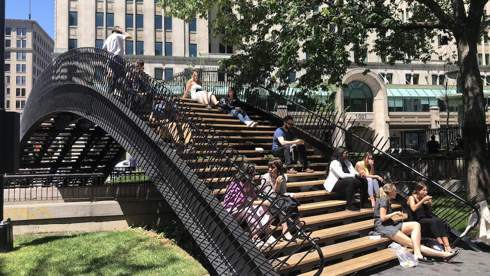 Des gens sont assis sur les marches.