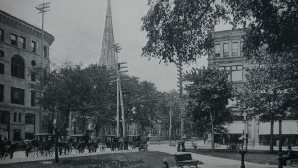 Photo d'archives du square Phillips montrant des voitures tirées par des chevaux
