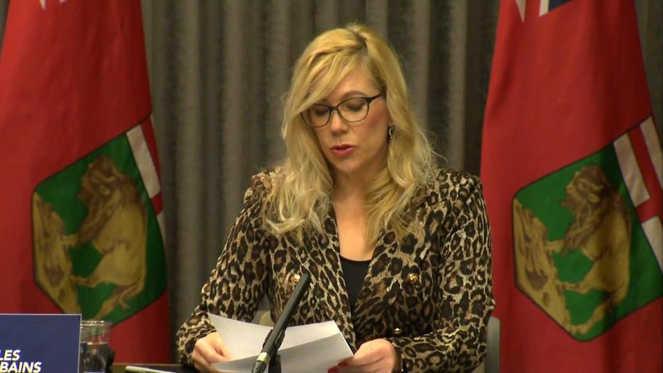 La ministre des Familles du Manitoba, Rochelle Squires, en conférence de presse.