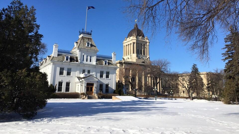 La maison de la lieutenante-gouverneure du Manitoba et en arrière-plan, l'assemblée législative du Manitoba.