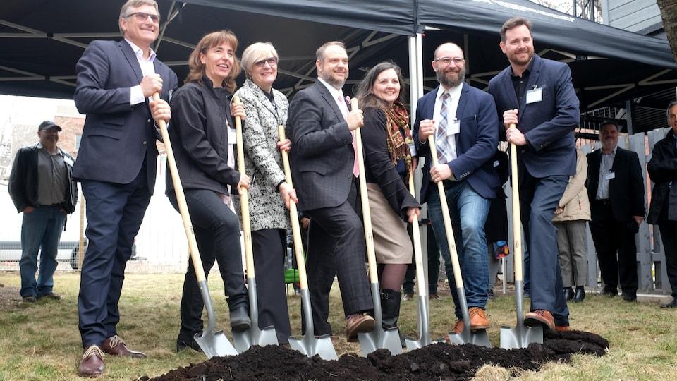 Le maire du Sud-Ouest Benoit Dorais, de même que Madeleine Martins (Habitat pour l'humanité) et Philippe Meilleur (Montréal autochtone) étaient présents à la première pelletée de terre du projet pour familles autochtones.