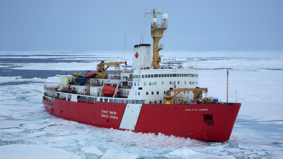 Le brise-glace Louis S. St-Laurent de la Garde côtière canadienne.