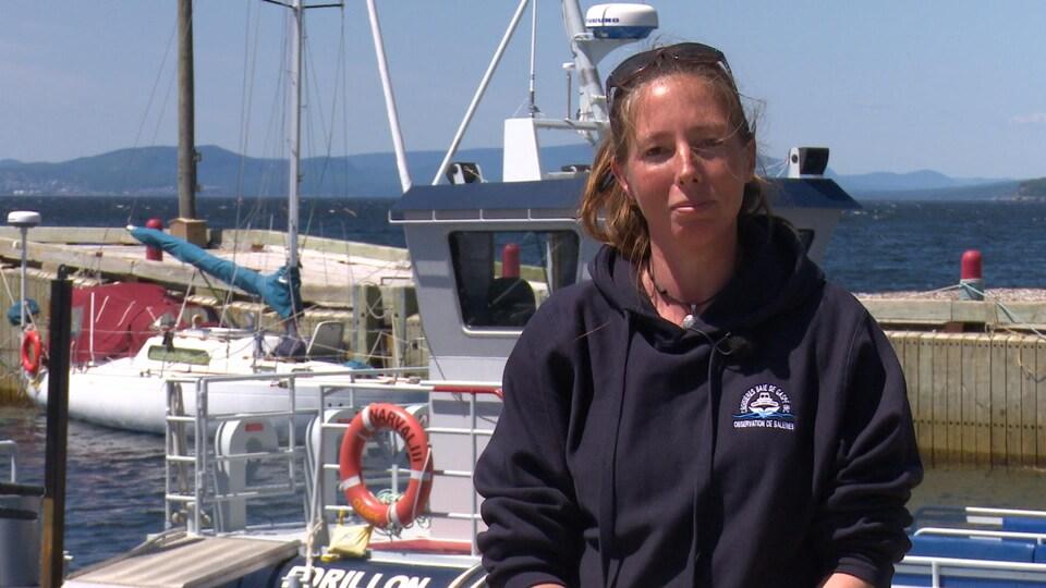 Une femme est photographiée sur un bateau.
