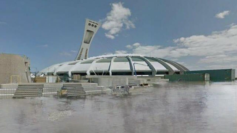 L'eau entoure le stade.