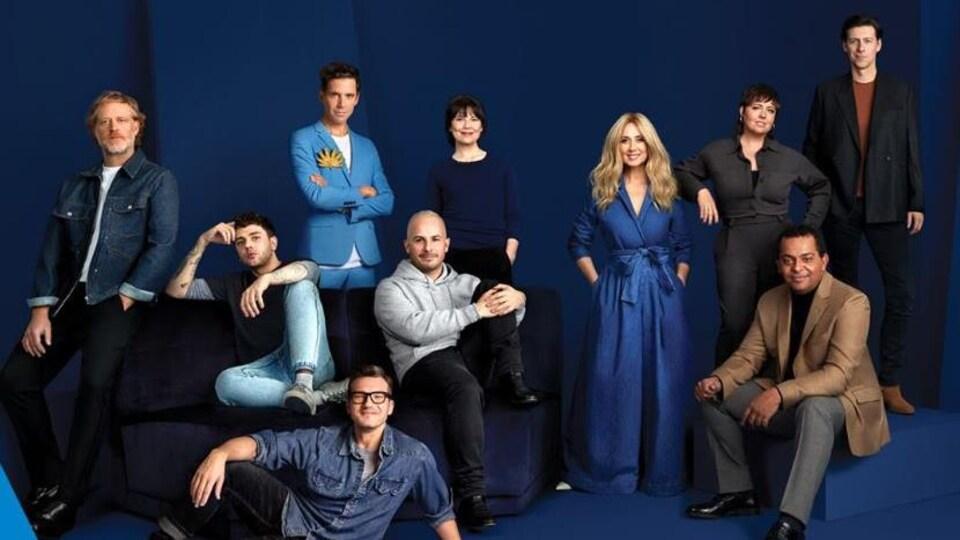 Dix personnes prennent la pose sur fond bleu.