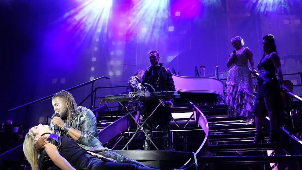 Des artistes chantent sur scène