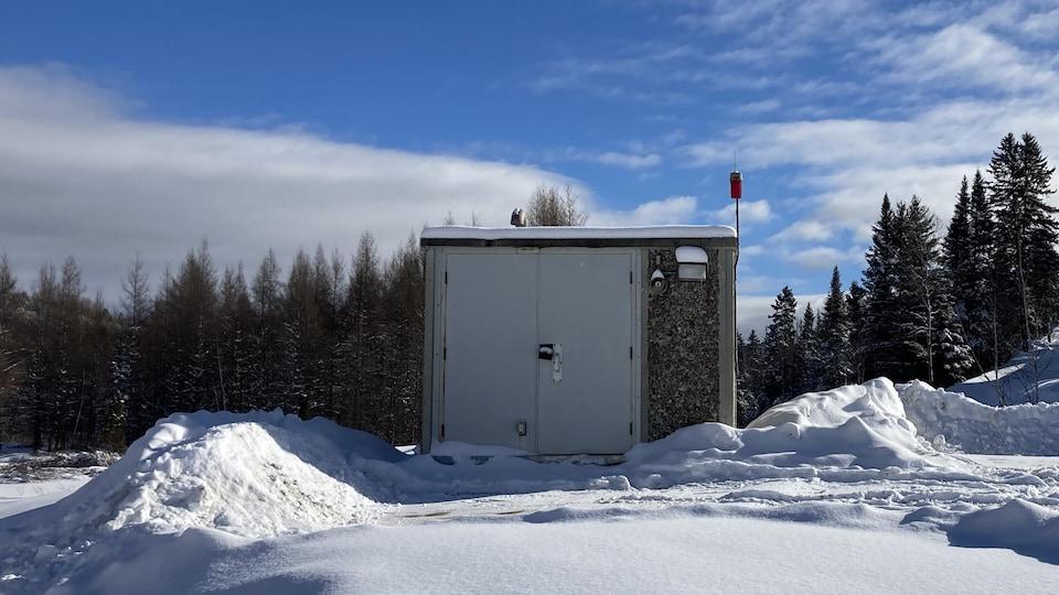Une station de pompage l'hiver.