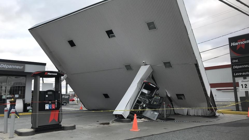 Le toit d'une station-service de Saint-Hyacinthe renversé par le vent.