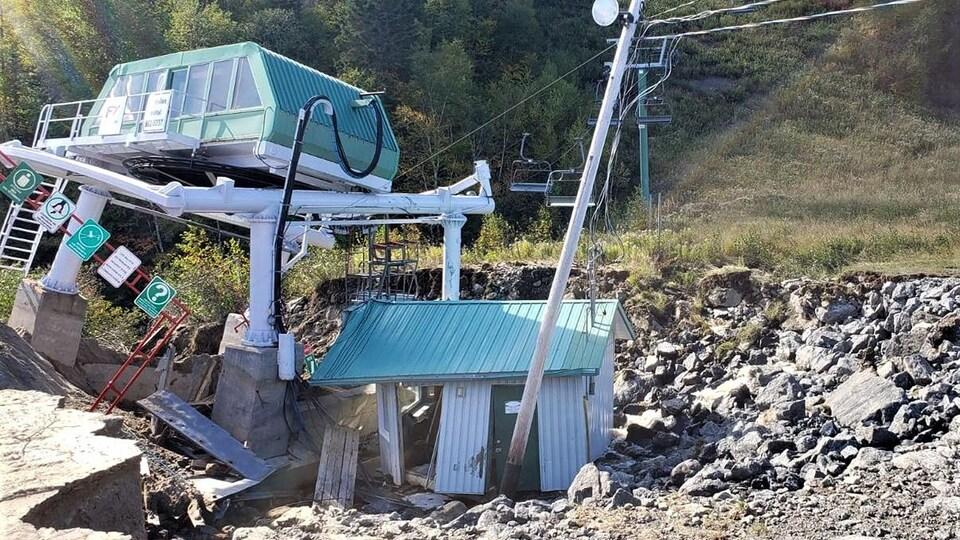 La structure d'un remonte-pente est tordue et brisée.