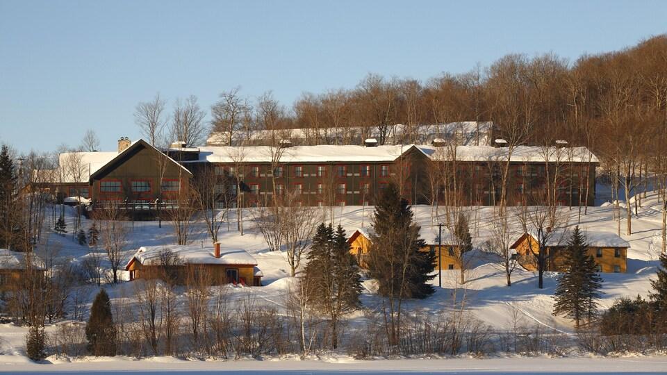 La Station touristique Duchesnay lors de l'hiver, avec plan de vue sur l'auberge et des chalets.