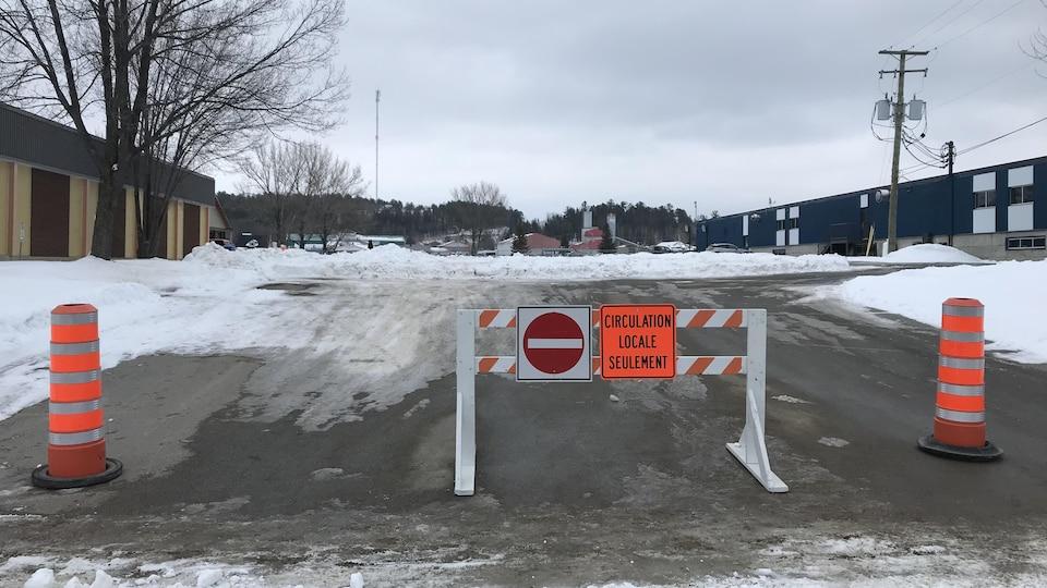 Des cônes et une barrière bloquent l'accès au stationnement de l'aréna de Ville-Marie.