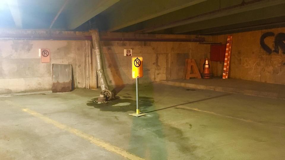 La tuyauterie s'affaisse dans le stationnement étagé de la rue Badeaux au centre-ville de Trois-Rivières. En attendant les travaux, des cases de stationnement sont condamnées.
