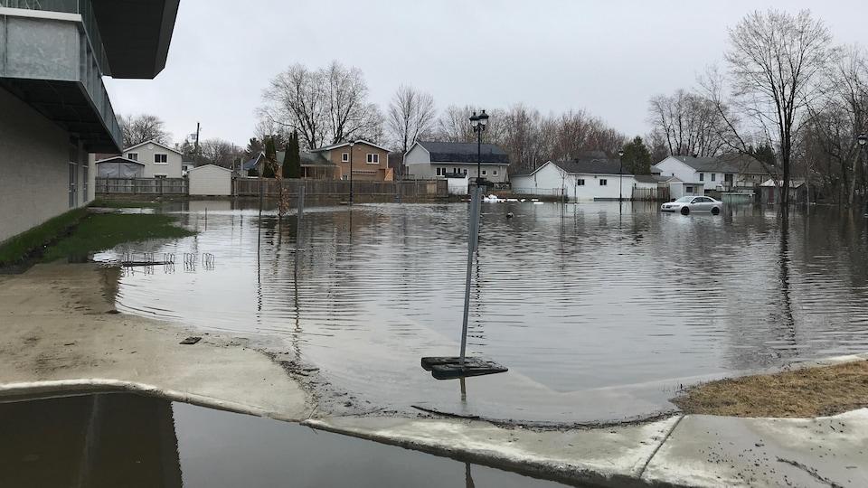 Le nouveau stationnement de la bibliothèque, où se situait un milieu humide il y a quelques années, a été inondé.