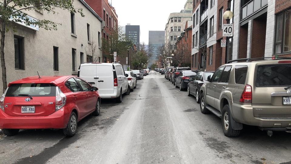 La plupart de ces voitures ont pu se stationner gratuitement dans cette rue résidentielle de l'arrondissement Ville-Marie.