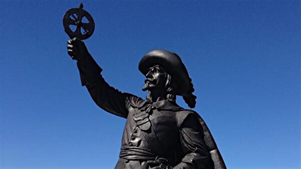 La statue de Samuel de Champlain sous un ciel bleu et sans nuage