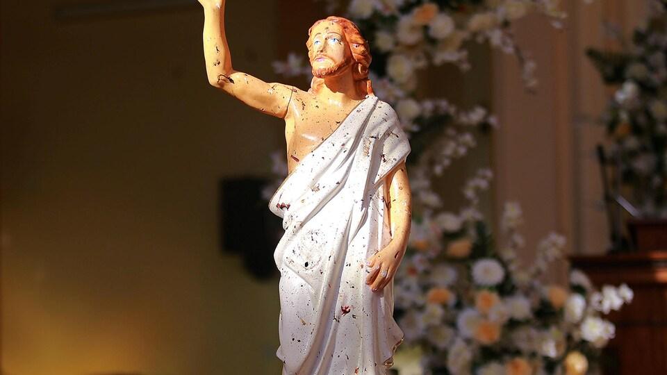 Une statue de Jésus-Christ a été tachée de sang à la suite de l'explosion d'une bombe.