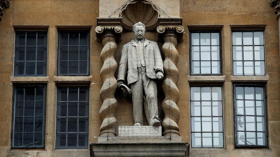 Une statue de Cecil Rhodes avec un filet de sécurité pour la protéger.