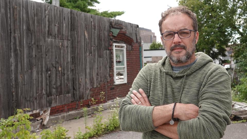 Stefan Psenak, devant une maison placardée du Vieux-Hull.