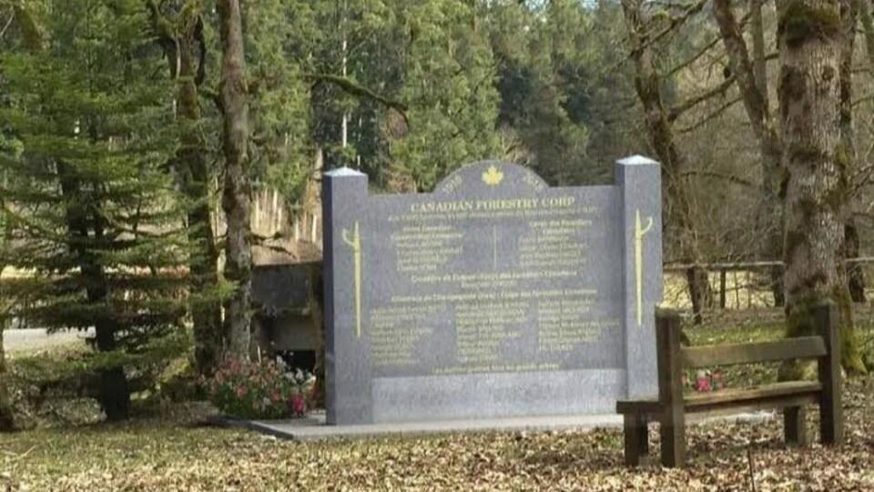 La photo d'une stèle qui rappellera les hauts faits des membres du Corps forestier canadien à Supt.