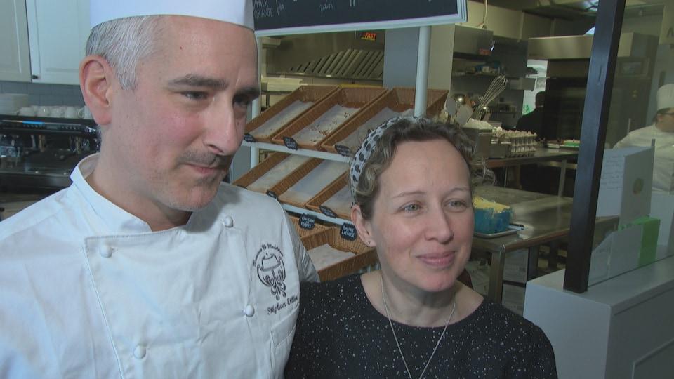 Stéphan Éthier et Julie Pinard en entrevue dans une pâtisserie.