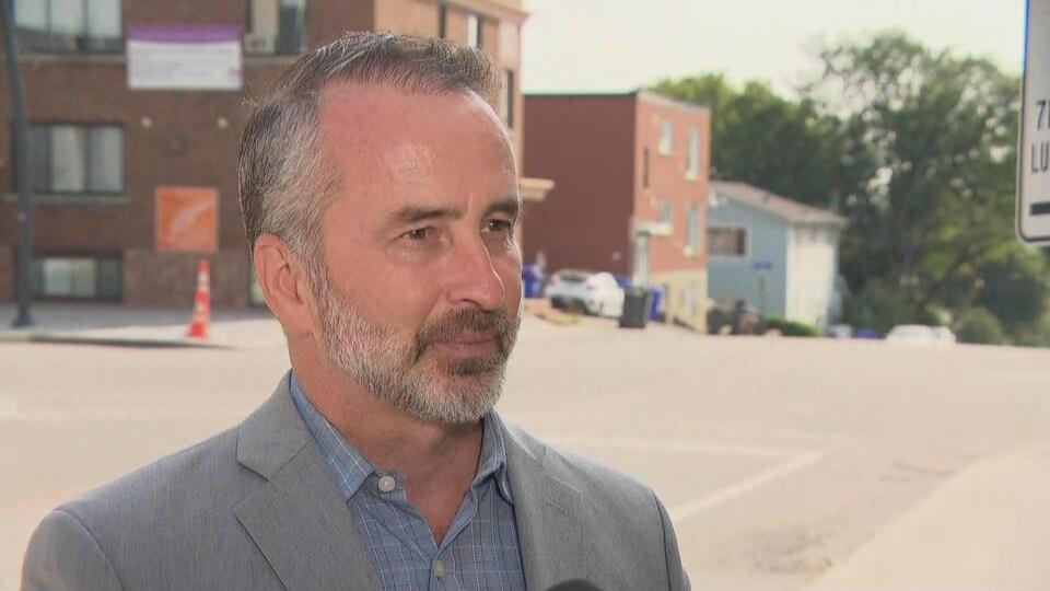 Stéphane Bisson en pleine entrevue à Radio-Canada sur le bord de la rue.