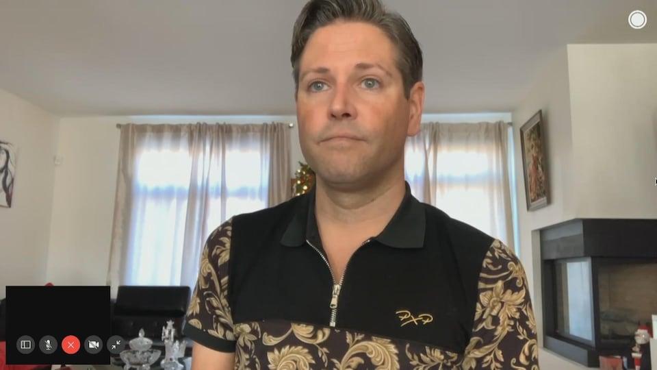 Un homme accorde une entrevue via visioconférence.