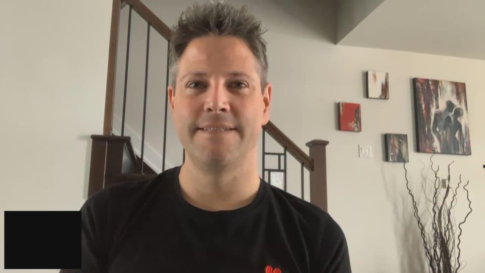 Photo de face de l'homme lors d'une entrevue via Facetime.