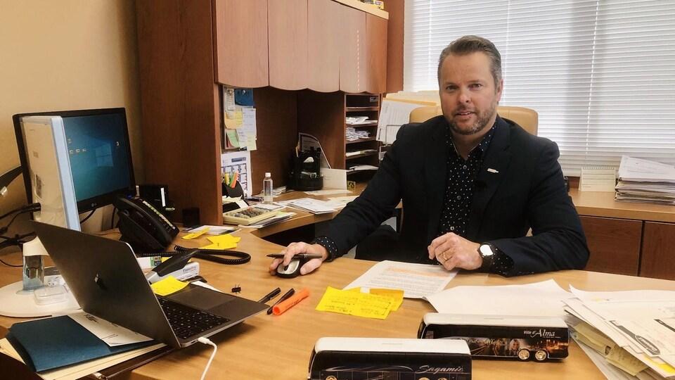 Stéphane Lefebvre est assis dans son bureau à Alma.