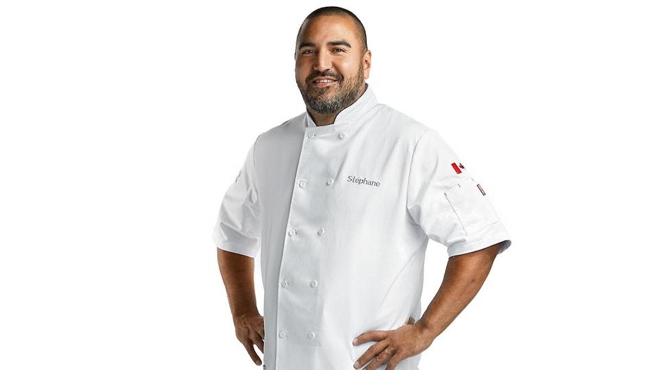 Stéphane Levac dans son habit de chef-cuisinier.