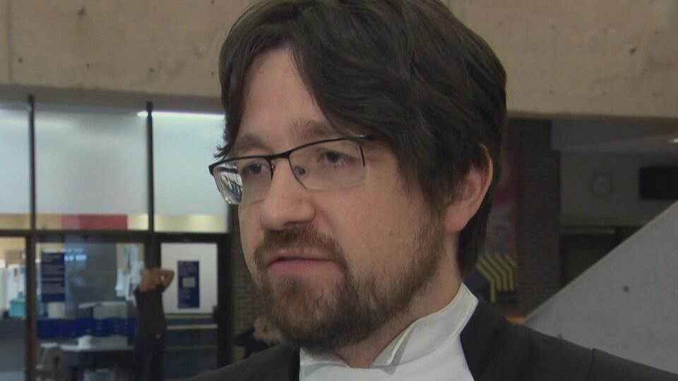 Le procureur de la Couronne, Me Stéphane Roland à la sortie de la cours.