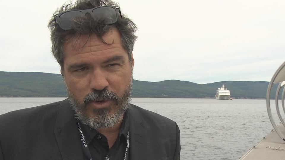 Stéphane Ste-Croix accorde une entrevue au bord de l'eau.