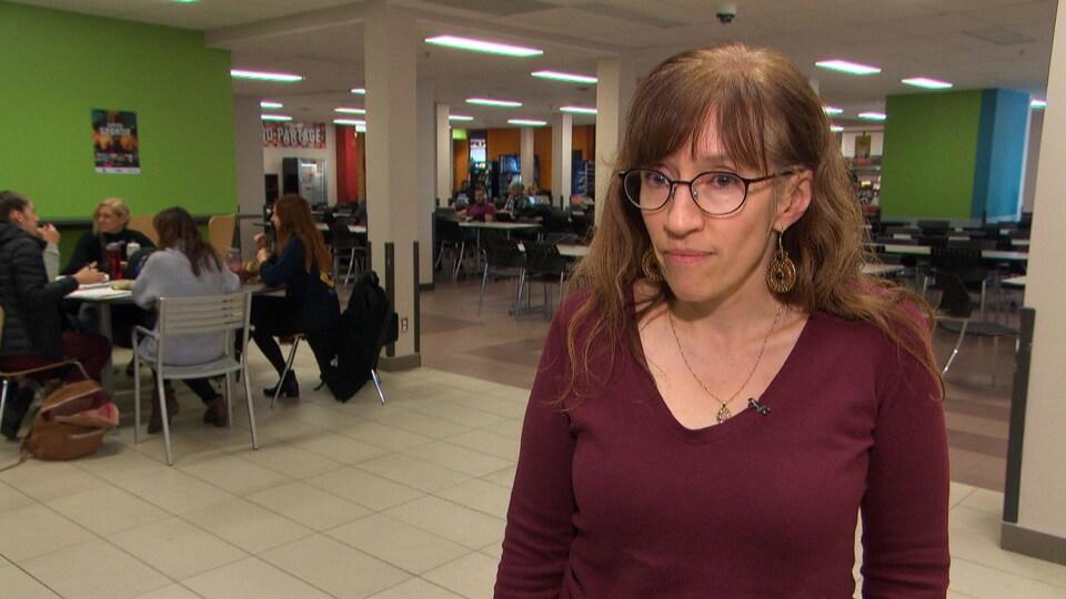 Stéphanie Demers, en entrevue dans la cafeteria de l'Université du Québec en Outaouais.