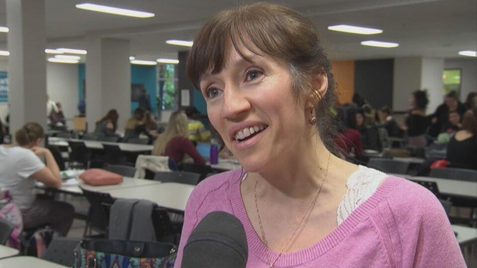 Stéphanie Demers en entrevue avec Radio-Canada dans la cafétéria de l'Université du Québec en Outaouais.