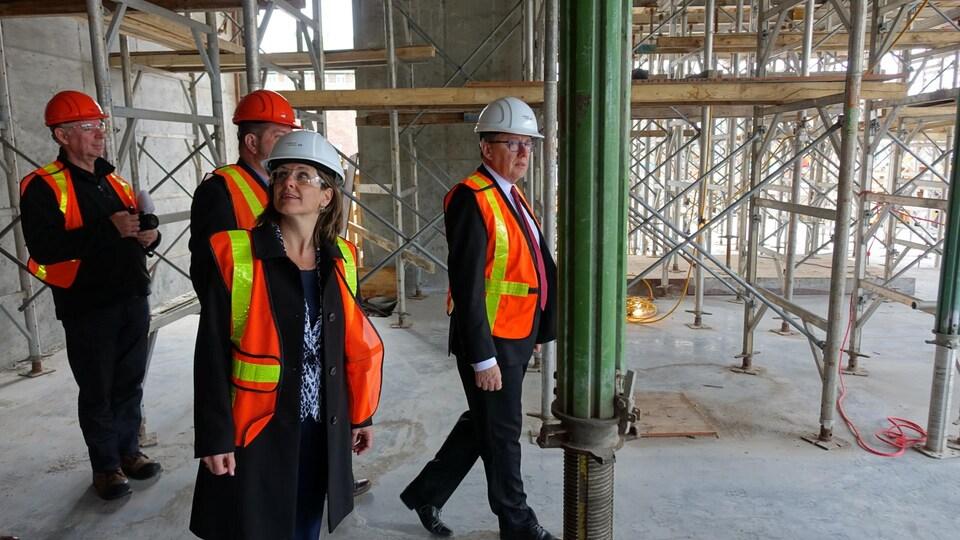 La ministre de la Justice, Stéphanie Vallée, visite le chantier du palais de justice de Rimouski en compagnie du ministre responsable du Bas-Saint-Laurent, Jean D'Amour.